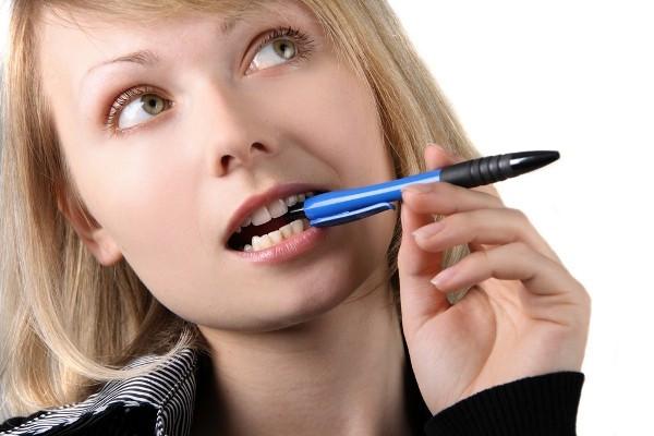 Đã là học sinh, ai cũng từng có lúc từng cắn bút, ngậm bút, bạn có thấy vậy không?