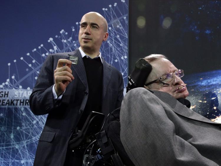 Tỷ phú Milner (đứng) và nhà vật lý Hawking.