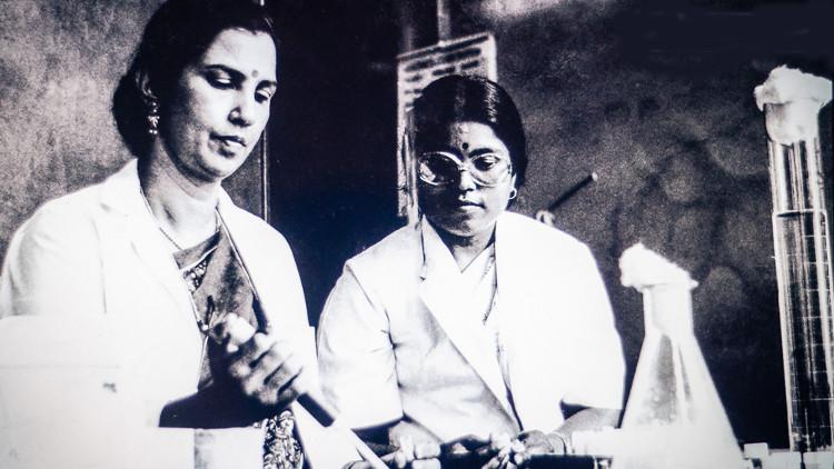 Bà Nirmala (phải) và giáo sư Solomon.