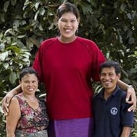 Cô gái cao nhất thế giới đột ngột qua đời ở tuổi 24