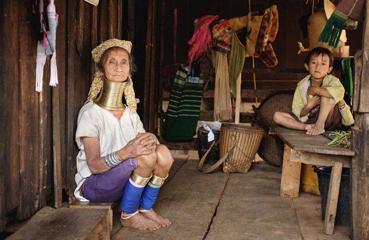 Ngày nay, không ai của bộ tộc còn rõ lý do tại sao họ phải đeo vòng cổ, tuy nhiên mọi người vẫn giữ truyền thống từ xa xưa.