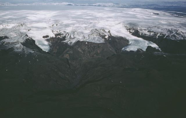 Ngọn núi lửa Katla cao gần 1.450m, với gần 10km vuông băng tuyết bao phủ miệng núi lửa.