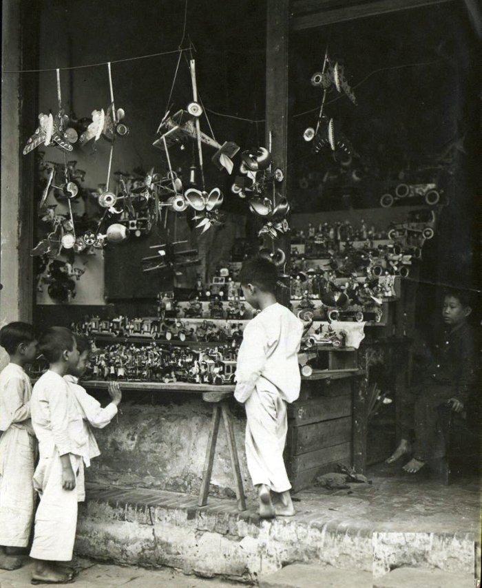 Những đứa trẻ bên sạp hàng bán đồ chơi.