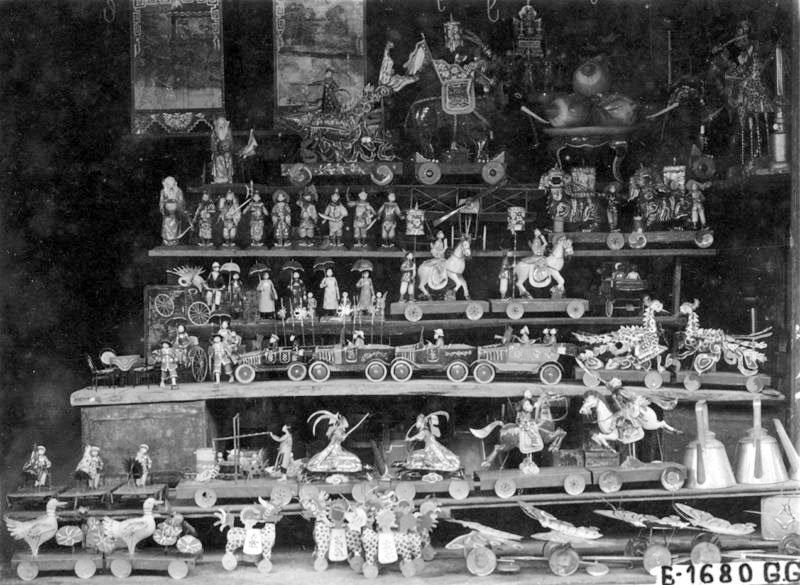 Đủ các món đồ chơi được bày bán ở những khu chợ xưa.