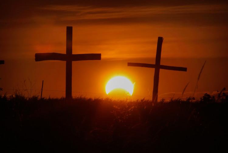 """Trên bầu trời Ixonia, Wisconsin, Mỹ là vầng Mặt trời rực đỏ bị """"ăn mất"""" một mảnh."""