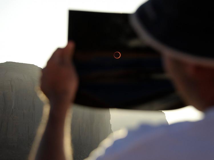 Muốn chiêm ngưỡng hiện tượng nhật thực hình khuyên, bạn phải quan sát qua phim lọc để tránh gây hại cho mắt.