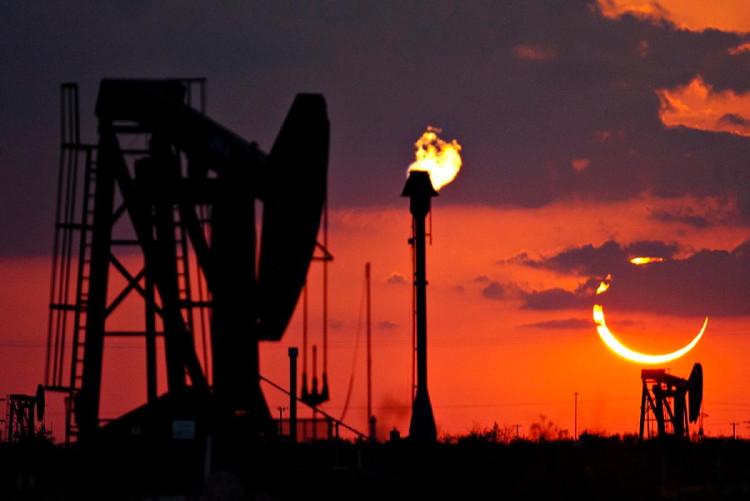 Vòng lửa hình khuyên rực sáng trên bầu trời Odessa, Texas.