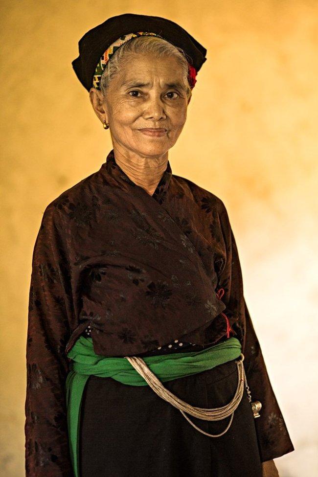 Người phụ nữ 78 tuổi này là người cuối cùng ở Việt Nam vẫn làm trang phục truyền thống Ơ Đu.