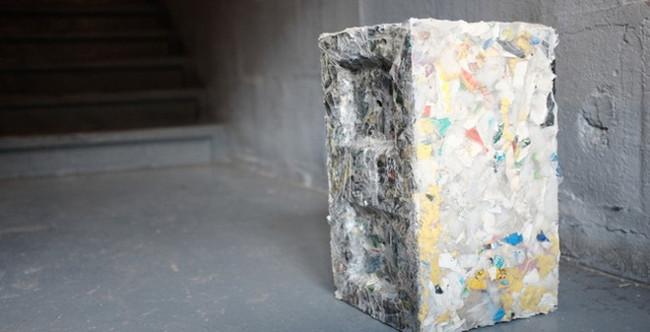 Viên gạch nhựa nhìn không khác viên gạch thường là mấy.