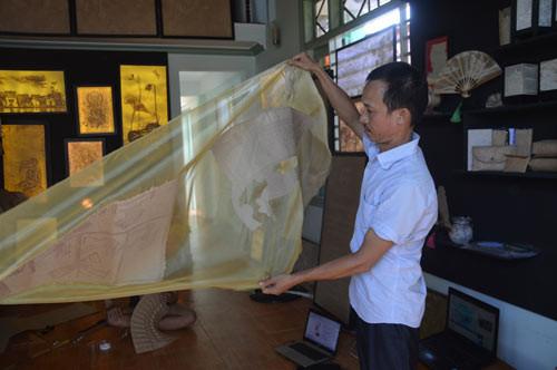Anh Thọ và sản phẩm giấy dán trên dải lụa