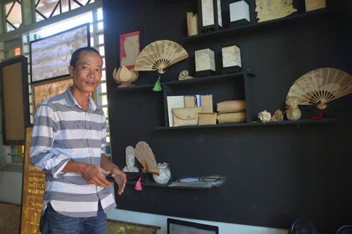 Anh Hà bên những sản phẩm thủ công làm ra từ giấy dừa