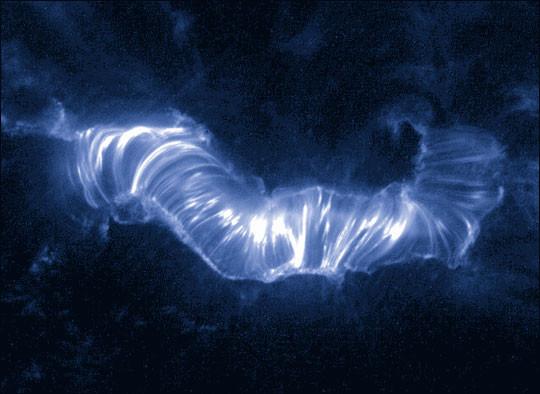 Plasma nóng 1 triệu độ C di chuyển quanh các cuộn từ trường trên bề mặt Mặt Trời lúc xảy ra cơn bão Mặt Trời Bastille Day năm 2000.