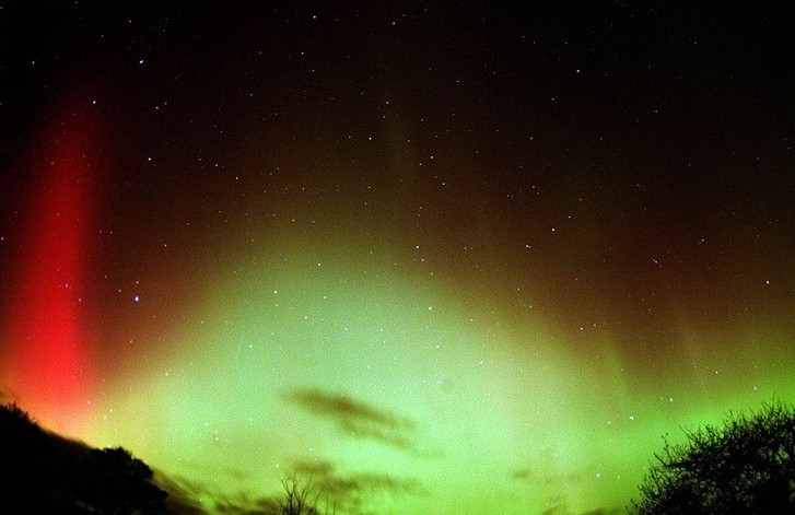 Bắc cực quang rực rỡ kì lạ do bão mặt trời gây ra.
