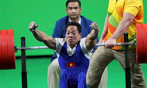 Đô cử Lê Văn Công phấn khích sau khi lập kỷ lục thế giới.