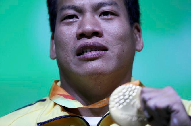 Lê Văn Công nghẹn ngào khi mang về cho thể thao Việt Nam chiếc HC vàng đầu tiên trong lịch sử Paralympic.