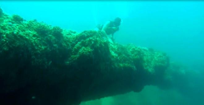 Vòm đá dung nham núi lửa nằm cách mặt nước 6m ở vùng biển gần bờ ở đảo Bé Lý Sơn.