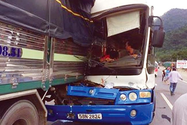 Xe khách đâm vào đuôi xe tải để giảm tốc độ khi bị mất phanh.