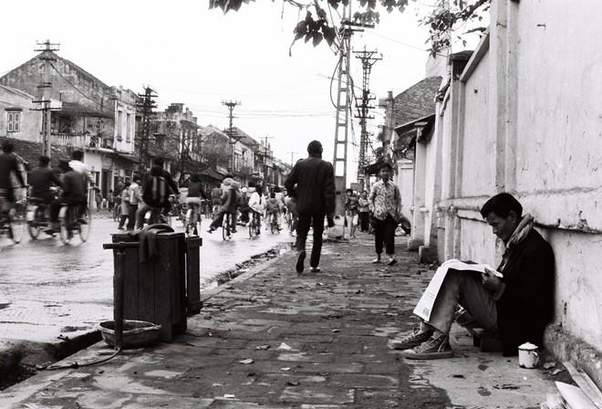 Trong những tác phẩm chụp Hà Nội cũ, Lê Vượng thường hướng góc máy vào những mái nhà phố cổ, một cành cây...