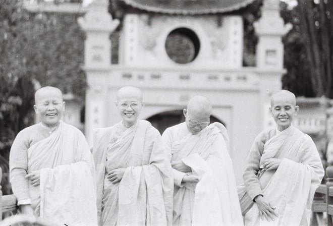 Bốn sư cô tươi cười khi bắt gặp ống kính của nhiếp ảnh gia Lê Vượng.