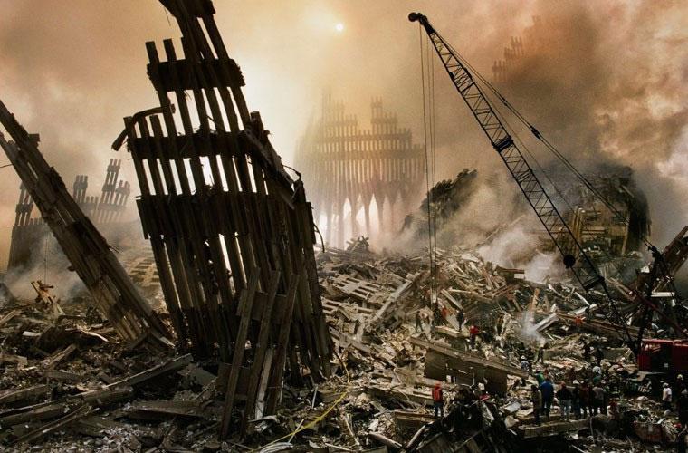 Nhóm dọn dẹp vệ sinh tại nơi hai tòa tháp WTC đổ sụp trong bức ảnh của Steve McCurry.