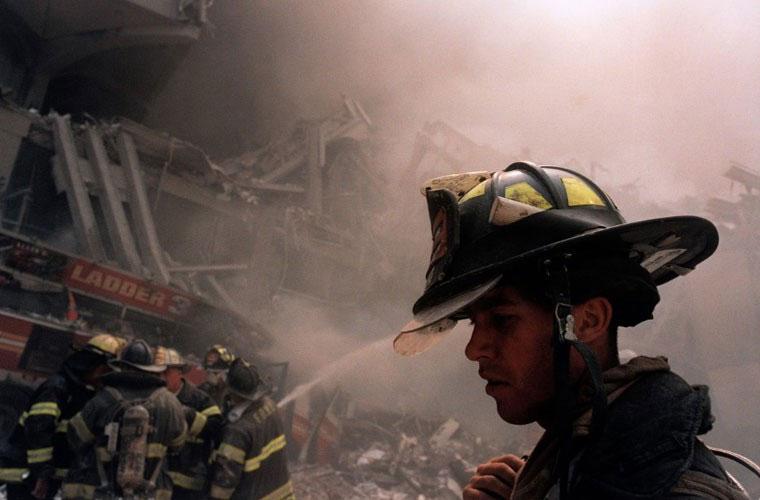Những người lính cứu hỏa tới hiện trường ở New York ngày 11/9/2001.