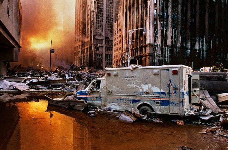 Khung cảnh hệt như ngày tận thế trên đường phố Hạ Manhattan sau khi hai tòa tháp đôi đổ sập.