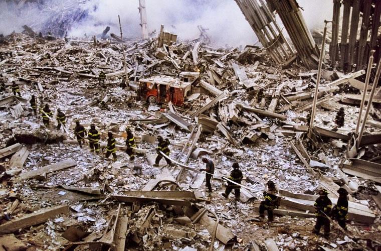 Phóng viên Steve McCurry ghi lại hình ảnh một đoàn lính cứu hỏa tiến vào Vùng đất số 0.