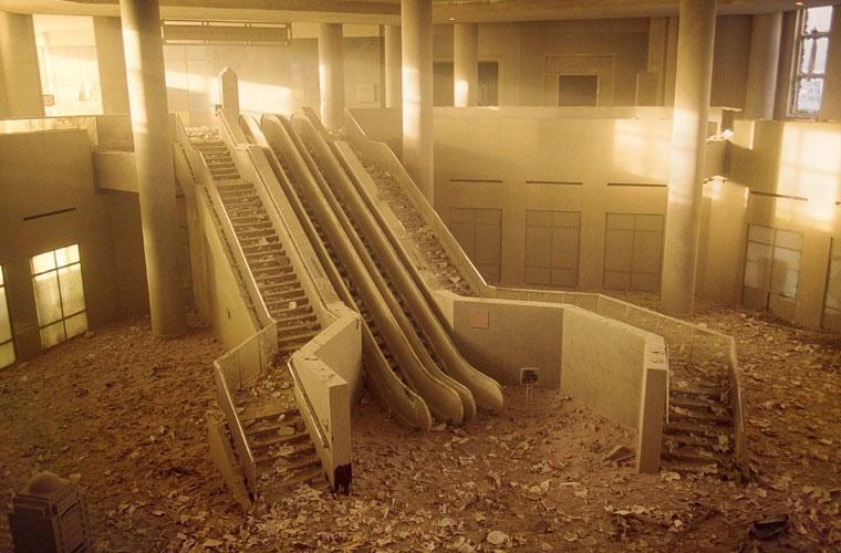 Bụi tro bao trùm bên trong một tòa nhà sau vụ 11/9.