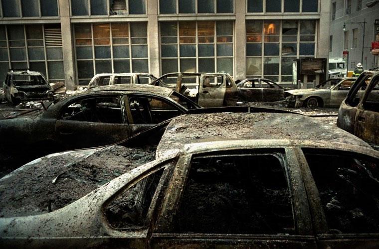 Tro bụi bám thành một lớp dày cộm trên các con phố gần WTC.