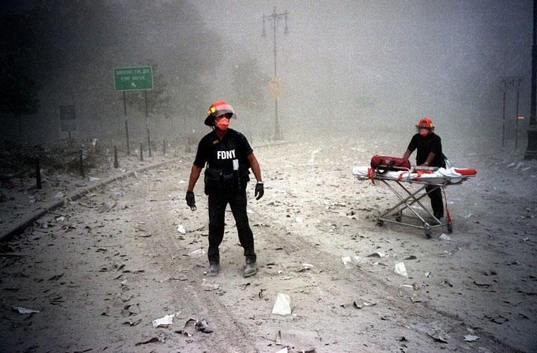 Hai người lính cứu hỏa đeo mặt nạ hiện diện gần khu tòa tháp phía bắc đổ sập trong ngày định mệnh cách đây 15 năm