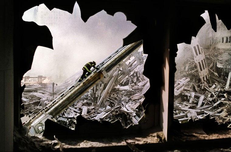 Người lính cứu hỏa đơn độc giữa những tàn tích còn lại ở Vùng đất số 0, nơi từng hiện hữu 2 tòa tháp của Trung tâm Thương mại Thế giới (WTC) vào hôm 11/9/2001.