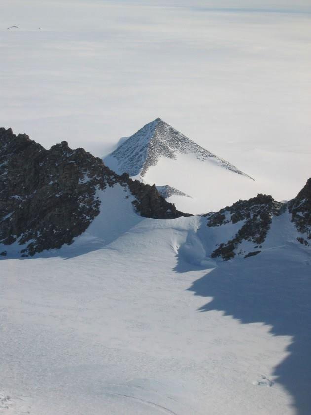 Một núi phủ băng nam Cực trông giống Kim tự tháp.