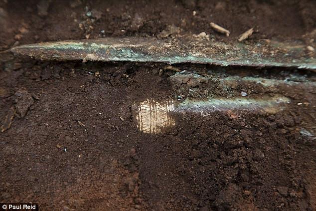 Gươm chuôi vàng khoảng 4.000 năm tuổi ở Scotland.