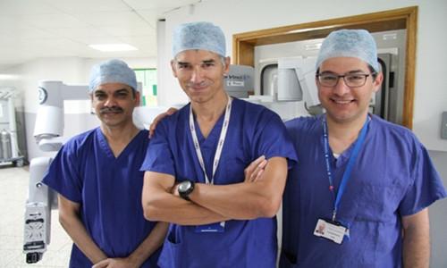 Nhóm bác sỹ bệnh viện Guy's điều khiển robot tiến hành ca ghép thận.
