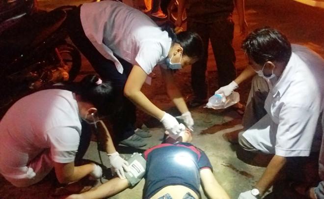Nhân viên y tế Trung tâm cấp cứu 115 TP HCM đang sơ cứu một nạn nhân bị tai nạn giao thông.