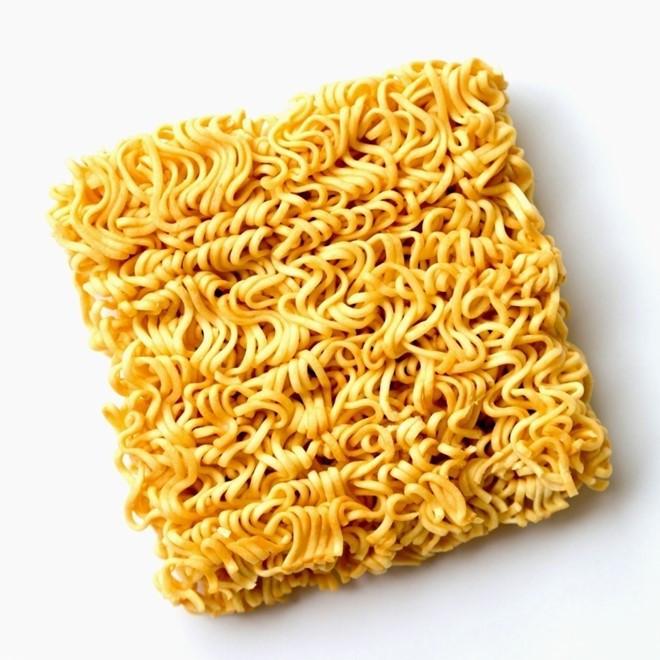 Màu vàng sậm ngon mắt khiến mì ăn liền gặp nghi vấn sử dụng dầu ăn cũ.