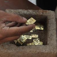 Hộp đá nghìn năm chứa 22 miếng vàng khắc tên thần gió