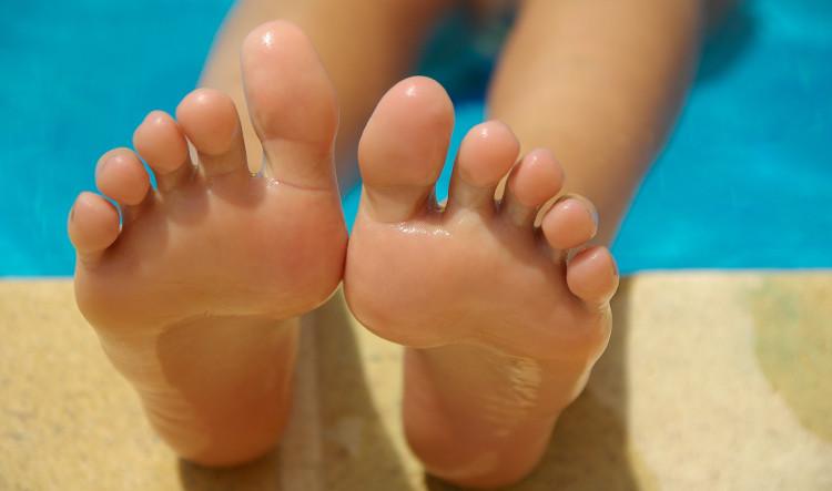 Aspirin còn giúp làm mềm lòng bàn chân và loại bỏ da chết một cách dễ dàng.