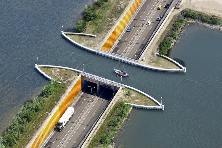 Cây cầu nước này cũng có phần đường dành cho khách bộ hành, đặc biệt nó có hai bên đường đi bộ ở làn đường cao tốc.