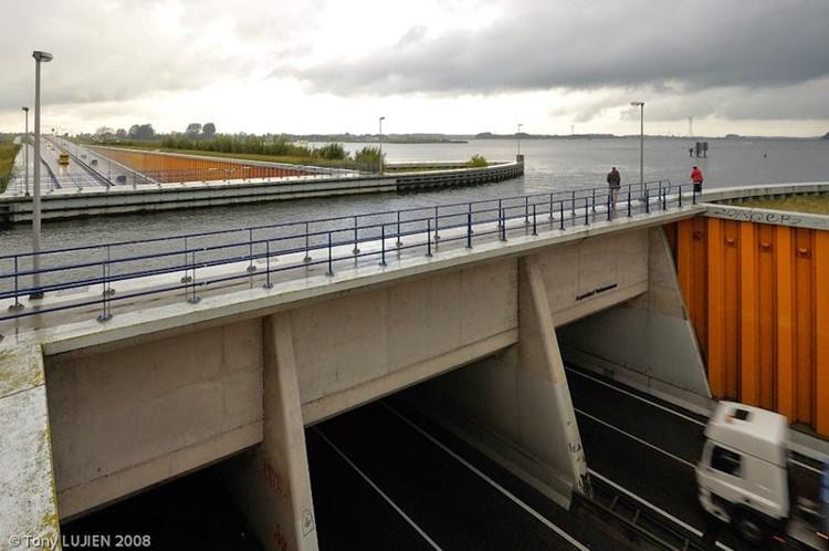 Cận cảnh cây cầu nước