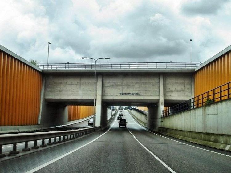 Hiện nay, hơn 28.000 xe ô tô đi lại dưới cây cầu sâu 10 mét này