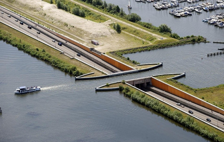 Cây cầu này do kiến trúc sư Veluwemmer Aqueduct thiết kế.