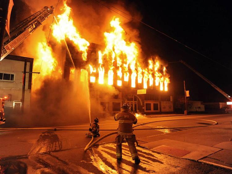 Lính cứu hỏa đang dập tắt một đám cháy nhà lớn.