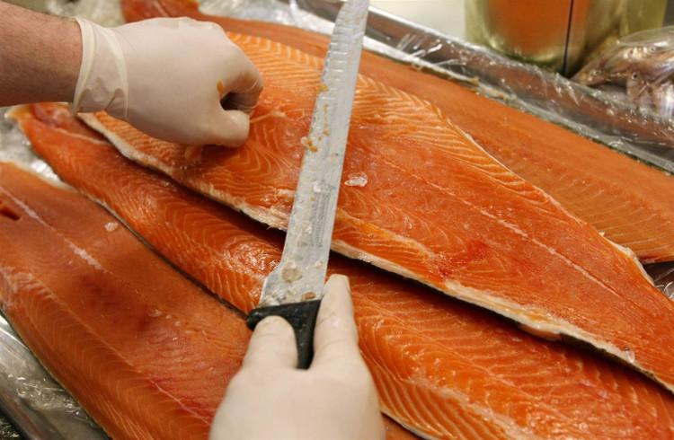 Không nên ăn quá một bữa ăn cá hồi nuôi mỗi tháng.