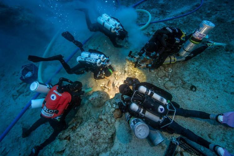 Các thợ lặn kiểm tra bộ di cốt khai quật từ con tàu đắm.