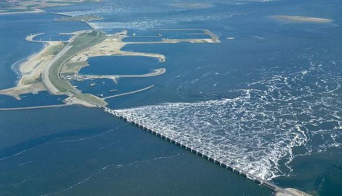 Kè chắn biển Oosterscheldekering (kè chắn bão đông Schelde) dài hơn 3km, nối liền hai đảo nhỏ tại Hà Lan