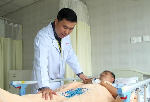 Một bệnh nhân đột quỵ đã bị ngã trong quá trình di chuyển làm cho thương tổn nặng hơn.
