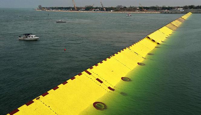 Công trình Mose nhô lên khỏi mặt biển để chặn nước từ biển Adriatic vào trong phá