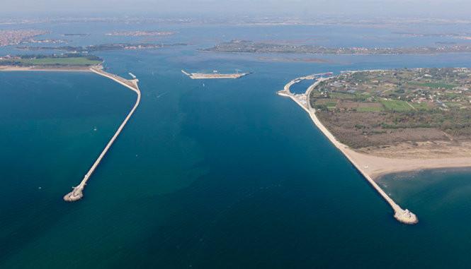 Cửa Lido, một trong ba cửa để nước từ biển Adriatic đi vào phá