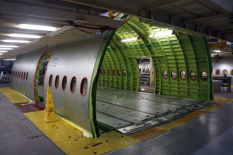 Khung máy bay lúc chưa lắp ghế, ở dưới sàn là hệ thống ray để các hãng lắp ghế vào.